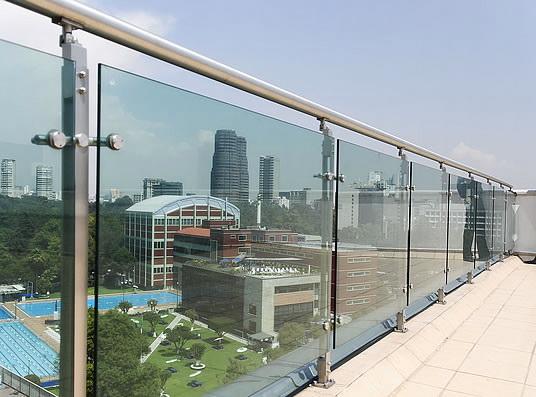 Каркасное стеклянное ограждение на крыше здания, стеклянные панели устанавливаются на точечные крепления - Увеличить!