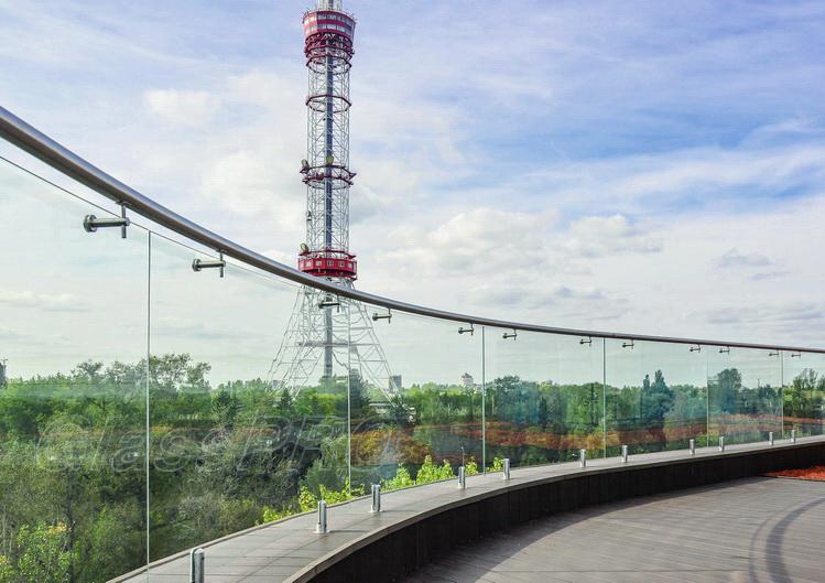 Самонесущее стеклянное ограждение на зажимах от ГлассПро™ - смотровая площадка офисного центра