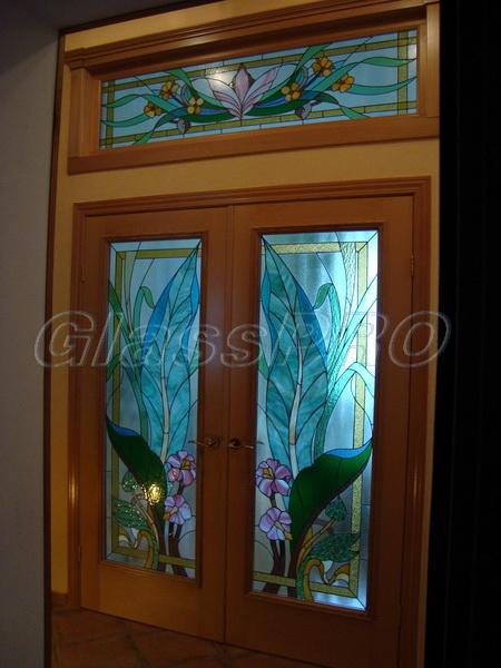 Витраж Тиффани, интерьерная дверь с декоративной фрамугой, квартира