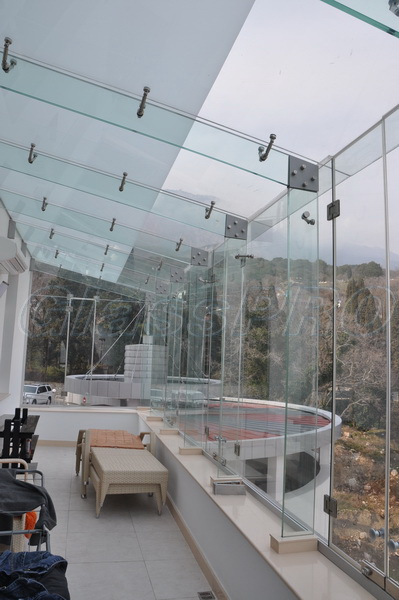 Non-profile glazing of terrace on glass stiffeners