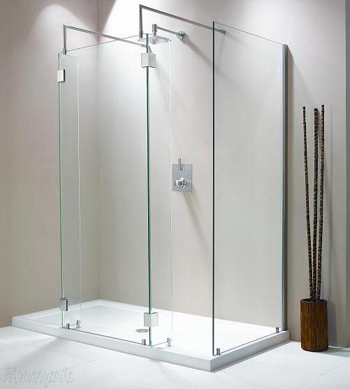 Продольное стеклянное душевое ограждение с двумя угловыми элементами и дополнительным экраном