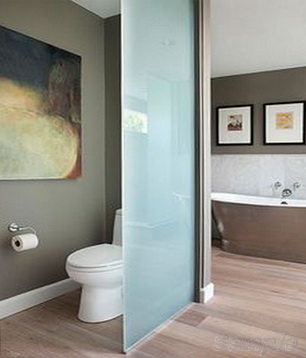 Glass partitions in bathroom