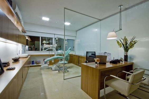 Glass partition in a dental clinic