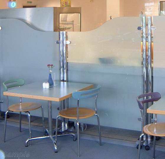 Мобильные стеклянные перегородки могут использоваться в кафе и ресторанах