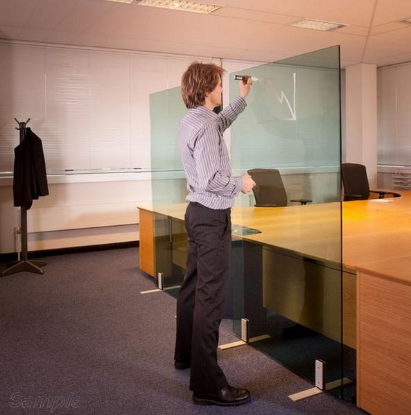 Скляні перегородки можуть використовуватись в якості інформаційних дошок