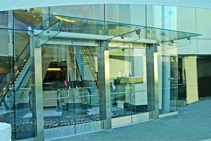 Составной стеклянный козырек на консольных стеклянных ребрах
