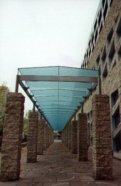 Навес из декоративного стекла над пешеходной зоной