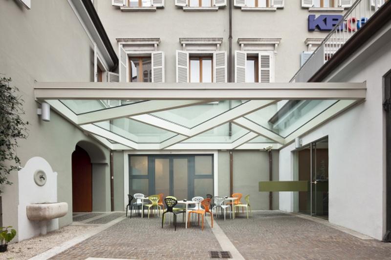 Навес с заполнением стеклянными элементами во дворике гостиницы