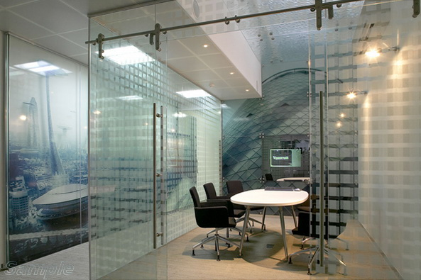 Glass partitions are suitable for arranging a meeting room in an office space