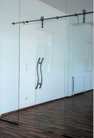 Раздвижные стеклянные двери интегрированные в цельностеклянную конструкцию