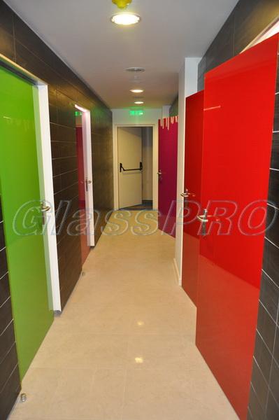 Металлические противопожарные двери, декорированы цветным стеклом