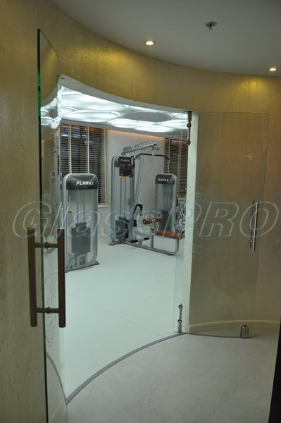 Гнутая двустворчатая распашная стеклянная дверь двустороннего открывания