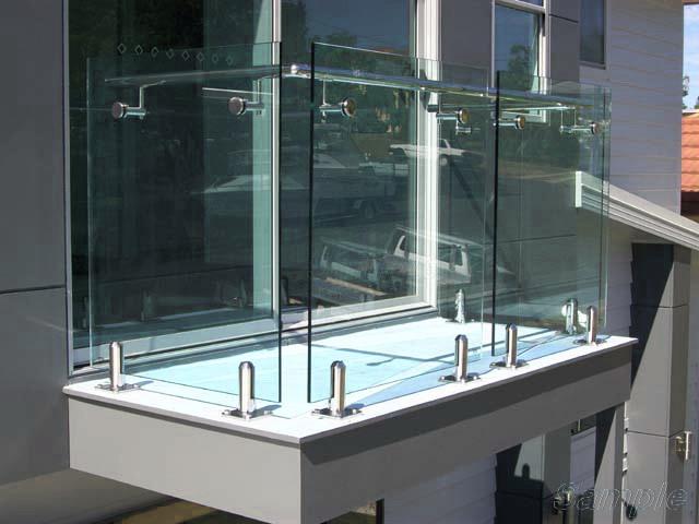 Модель GS-02. Самонесущее стеклянное ограждение балкона на металлических зажимах