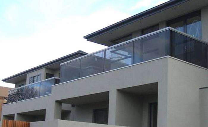 Модель GS-01. Самонесущее стеклянное ограждение балкона, крепление в профиль