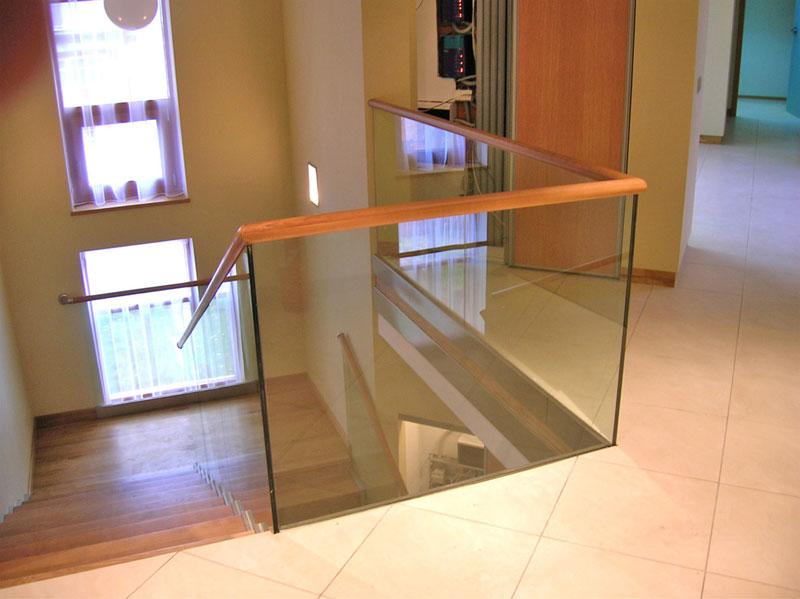 Модель GS-01. Самонесущее стеклянное ограждение лестницы с креплением в профиль
