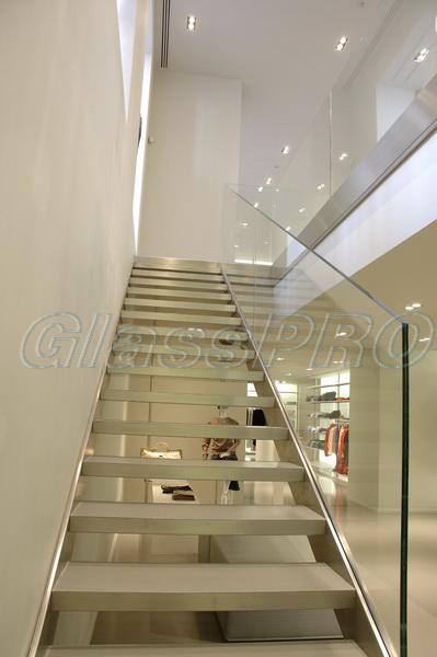 Модель GS-01. Самонесущее стеклянное ограждение лестницы, стеклянные перила с креплением в профиль