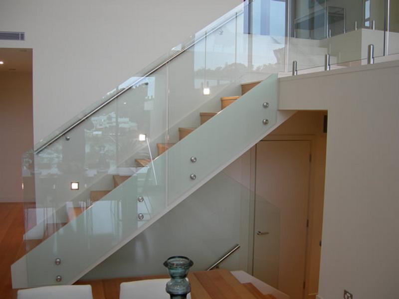 Модель GS-03. Самонесущее стеклянное ограждение лестницы, стеклянные перила на точечных креплениях