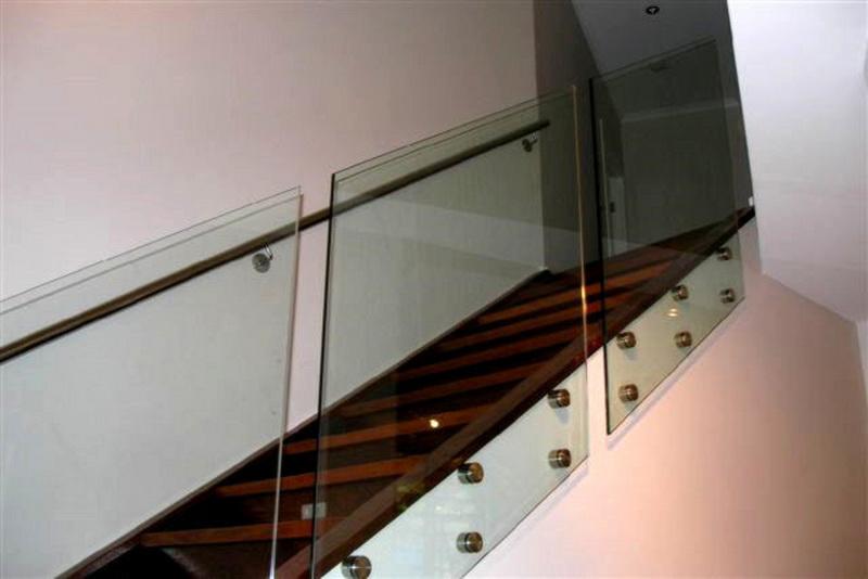 Модель GS-03. Самонесущее стеклянное ограждение лестницы на точечных креплениях