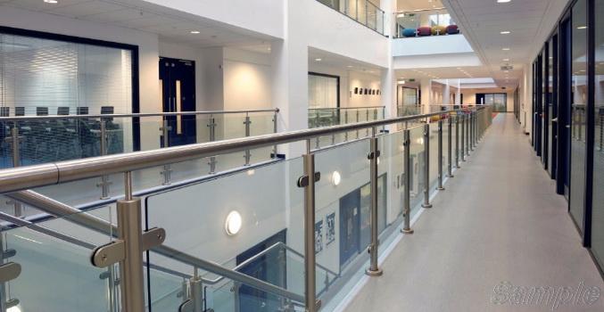Модель GF-02. Каркасное стеклянное ограждение атриума и лестницы офисного центра на креплениях