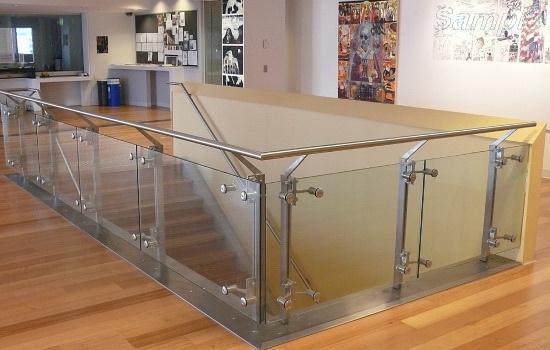 Модель GF-03. Каркасное стеклянное ограждение лестницы на точечных креплениях