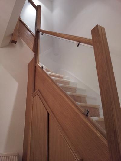 Модель GF-02. Каркасное стеклянное ограждение лестницы, стеклянные перила на зажимах