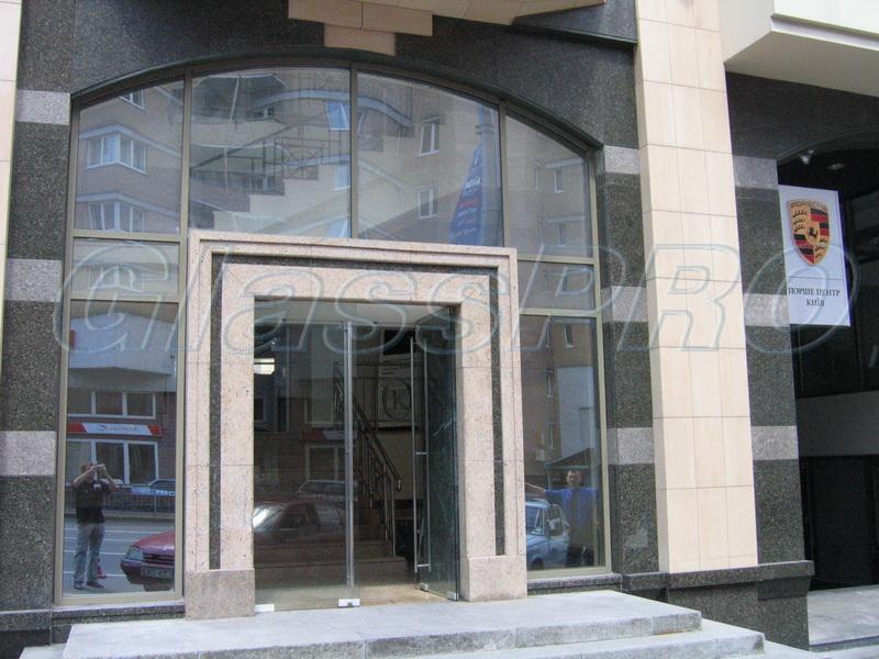 """Стеклянные """"входные группы"""" могут устанавливаться в порталы различных конструкций (автосалон """"Porsche"""", Киев - облицовка портала натуральным камнем) - <span style=""""color: #ffff00;"""">Увеличить изображение!</span>"""
