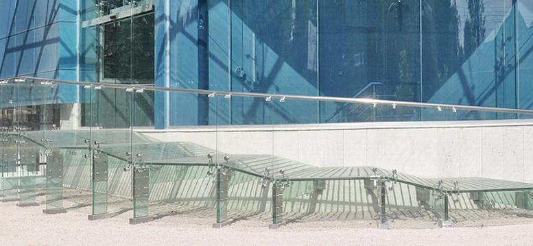 """Цельностеклянная конструкция пандуса в торгово-офисном центре от компании """"ГлассПро"""" - <span style=""""color: #ffff00;""""> Увеличить!</span>"""