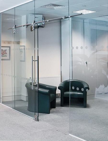 """Стеклянные перегородки с раздвижной дверью помогут создать комфортную рабочую атмосферу в вашем офисе, без давящих массивных стен - <span style=""""color: #ffff00;""""> Увеличить!</span>"""