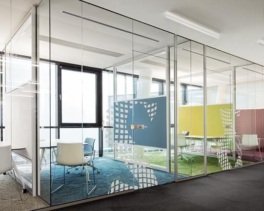 """Стеклянные офисные перегородки - лучшее решение для помещения типа """"open space"""" - <span style=""""color: #ffff00;""""> Увеличить!</span>"""