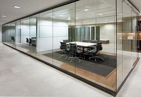 """Стеклянные офисные перегородки органично впишутся в любой как современный, так и строгий классический интерьер - <span style=""""color: #ffff00;""""> Увеличить!</span>"""