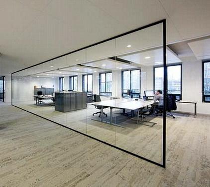 В стеклянной офисной перегородке отсутствуют подвижные элементы