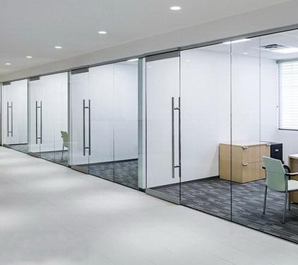 Стеклянные офисные перегородки с распашной дверью или дверью в алюминиевой коробке