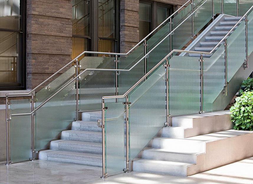"""Каркасное стеклянное ограждение лестничного марша на зажимах - <span style=""""color: #ffff00;""""> Увеличить!</span>"""