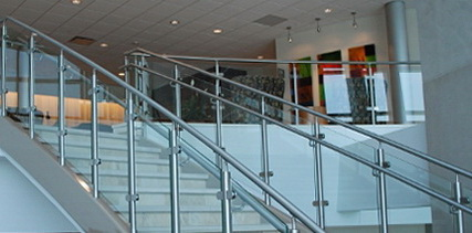 """Каркасное стеклянное ограждение лестницы на зажимах - <span style=""""color: #ffff00;""""> Увеличить!</span>"""
