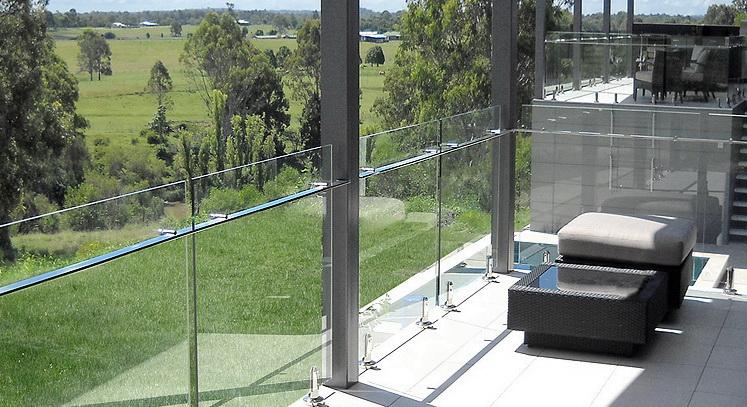 """Самонесущее стеклянное ограждение террасы с поручнями прямоугольной формы из полированной нержавеющей стали - <span style=""""color: #ffff00;""""> Увеличить!</span>"""