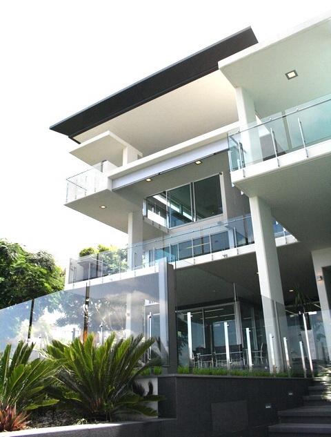 """Стеклянные ограждения балконов и террас привлекут посетителей в ваш отель стильным и современным дизайном - <span style=""""color: #ffff00;""""> Увеличить!</span>"""