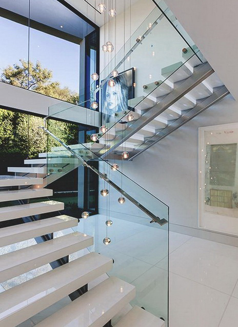 """Изысканное стеклянное ограждение лестницы - стильный и функциональный элемент вашего интерьера<br><span style=""""color: #ffff00;""""> Увеличить!</span>"""