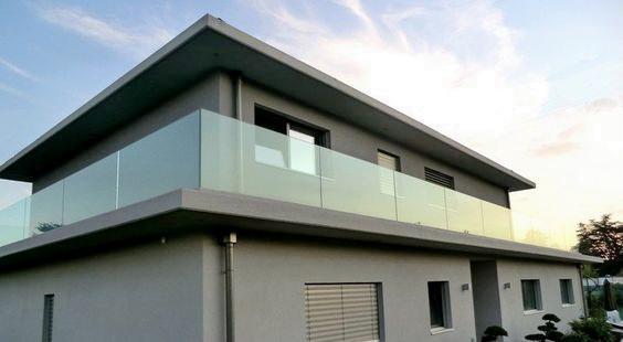 """Стеклянное ограждение балкона в частном доме - стильное минималистичное дизайнерское решение<br><span style=""""color: #ffff00;""""> Увеличить!</span>"""