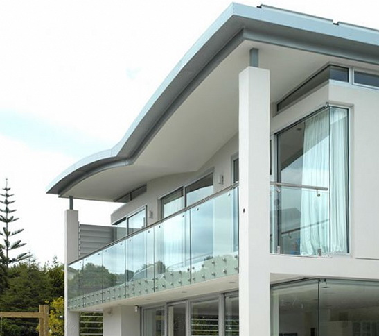 """Стеклянное ограждение балкона коттеджа на точечных креплениях с металлическими круглыми поручнями<br><span style=""""color: #ffff00;""""> Увеличить!</span>"""