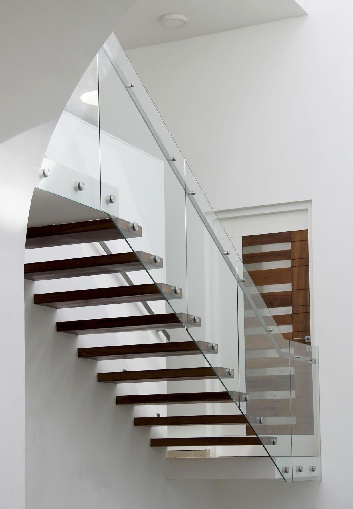 """Стеклянное ограждение лестницы на точечных креплениях - <span style=""""color: #ffff00;""""> Увеличить!</span>"""