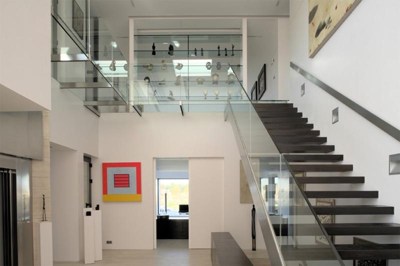 """Стеклянное ограждение лестницы декорировано накладными металлическими пластинами - <span style=""""color: #ffff00;""""> Увеличить!</span>"""