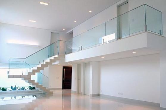 """Стеклянное ограждение лестницы на зажимах - функциональное украшение дома в стиле «хай-тек»<br><span style=""""color: #ffff00;""""> Увеличить!</span>"""