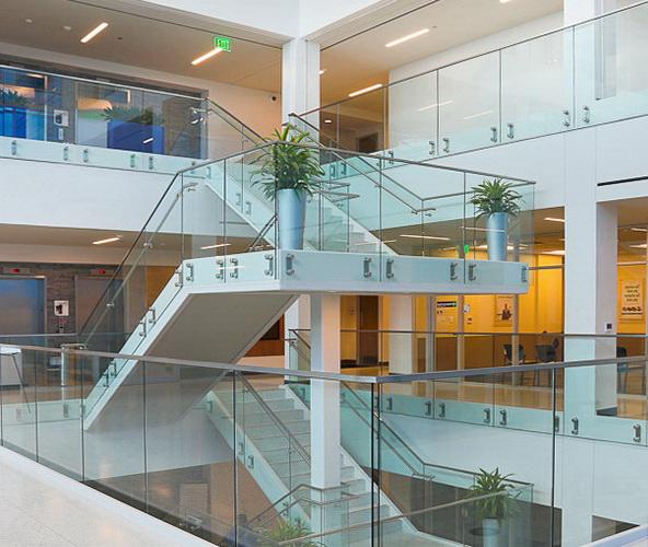 Стеклянное ограждение - наилучшее решение для атриума офисного или торгового центра - Увеличить!