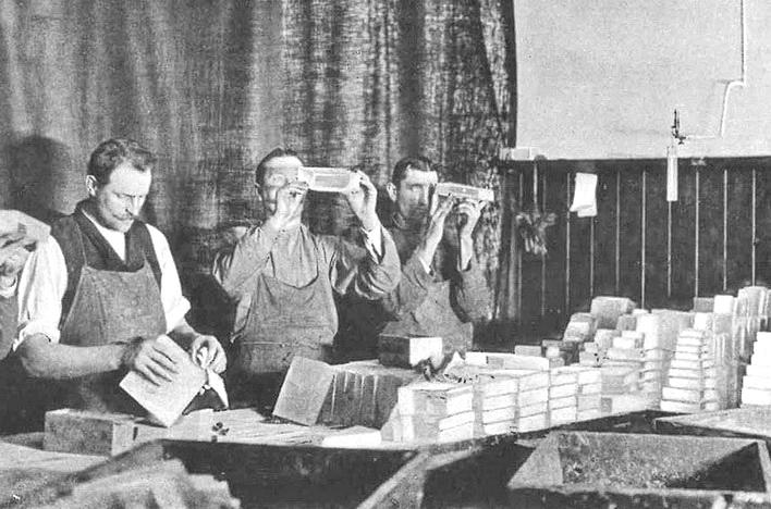 """Проверка оптического стекла на наличие дефектов сотрудниками компании SCHOTT (1889 год) - <span style=""""color: #ffff00;""""> Увеличить!</span>"""