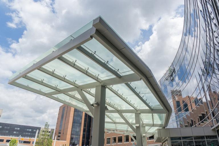 """Закаленное стекло в составе """"триплекса"""" применяется для сооружения стеклянных козырьков и навесов - <span style=""""color: #ffff00;""""> Увеличить!</span>"""