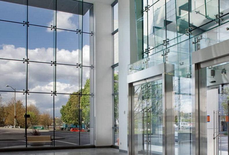 """Закаленное стекло в составе фасадной спайдерной системы - <span style=""""color: #ffff00;""""> Увеличить!</span>"""
